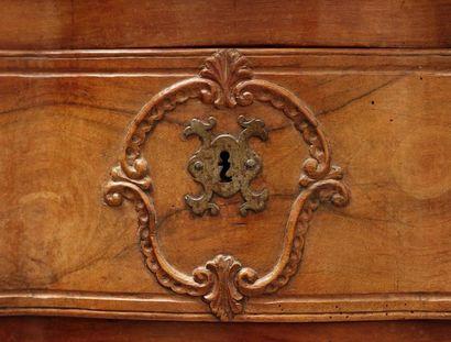 Belle commode en arbalète, en noyer culpté et mouluré ouvrant à trois tiroirs. Les...