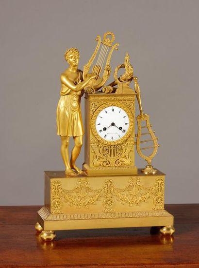 Pendule en bronze ciselé er doré , Apollon...