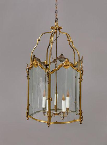 Lanterne hexagonale à monture en bronze doré....