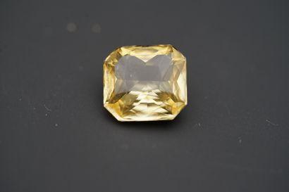 Bague en or gris 750 °/°° (18K), saphir jaune...