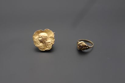 Lot de bijoux en or comprenant : - Une broche...