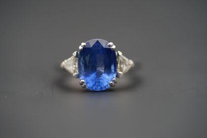Bague en or gris 750 °/°° diamants et saphir,...