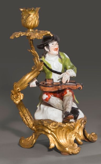 Paire de bougeoirs en porcelaine de Saxe,...