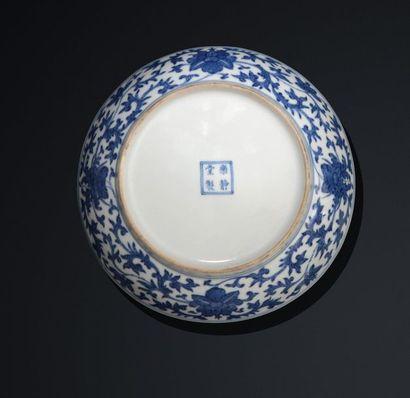 Paire de coupes en porcelaine bleu blanc dans le style des Ming à décor d'orchidées...