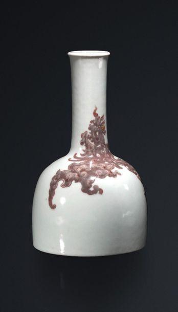 Vase maillet en porcelaine à décor d'un phénix...