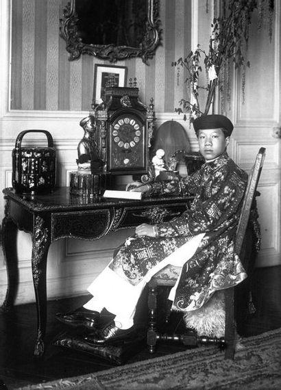 1922. Buste impérial de S.M. Khai Dinh (1885-1925) réalisé par le sculpteur Paul...