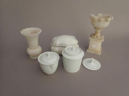 Divers. Un vase sculpté et une coupe sur...