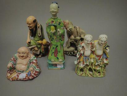 Lot de quatre sujets en céramique et porcelaine...