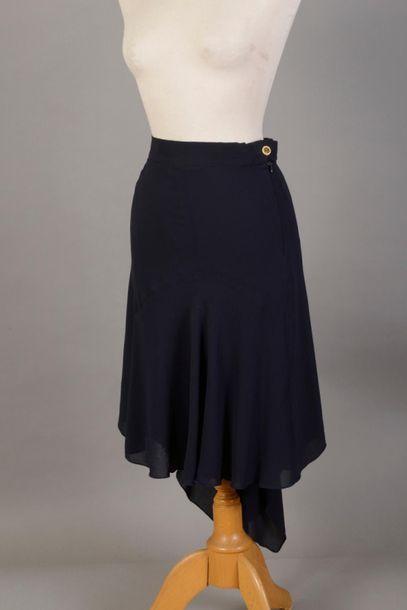 CHANEL. Lot de 3 jupes T38/40  - une jupe fluide asymétrique en soie bleue  - une...