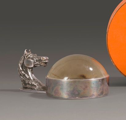 HERMES.  Loupe de bureau en métal argenté,...