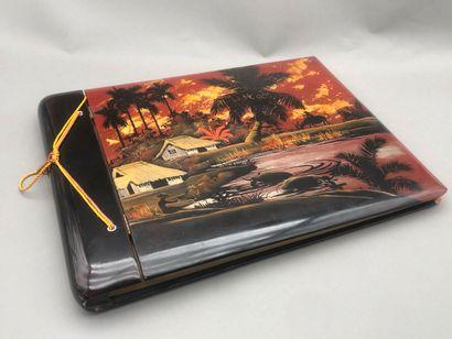 Album rectangulaire en bois laqué polychrome...