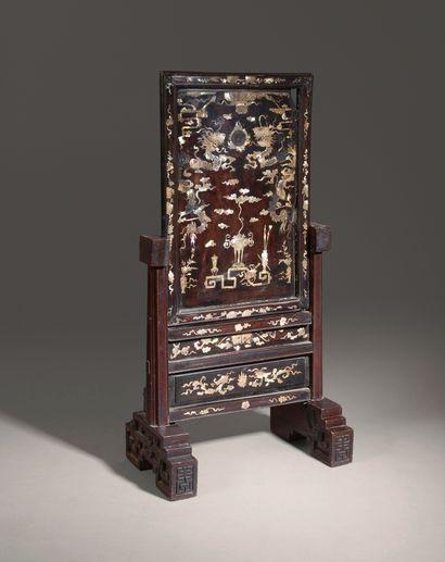 Ecran de lettré en bois exotique à décor...