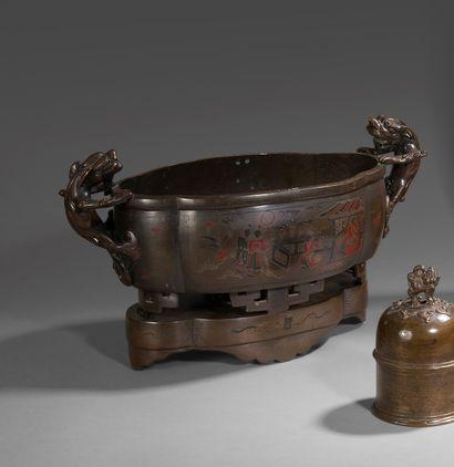 Brûle-encens de forme polylobée en bronze...