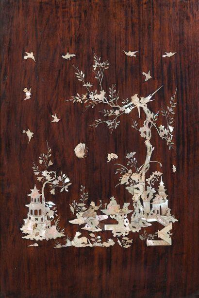 Paire de panneaux rectangulaires en bois exotique à décor en incrustations de nacre...