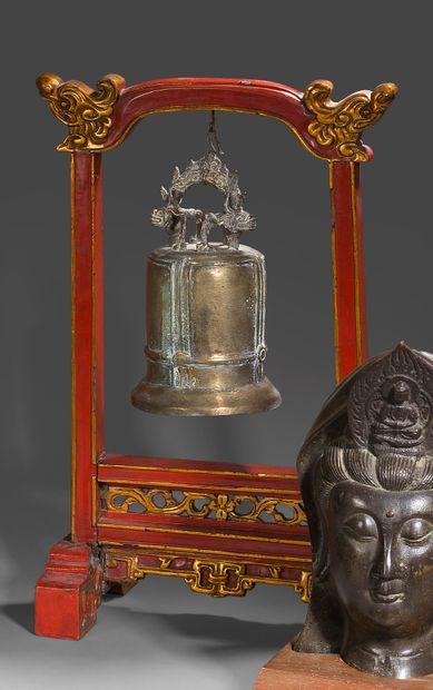 Porte-gong en bois laqué rouge et or à décor...