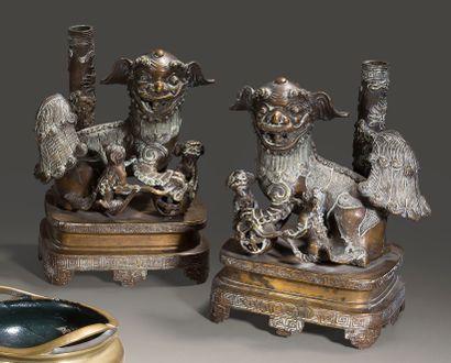 Paire de chiens de Fô porte-encens en bronze...