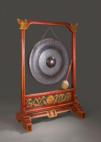 Gong en bois laqué rouge et or sculpté de...