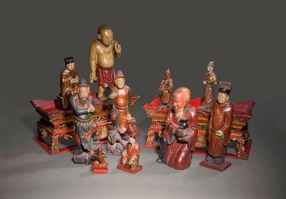 Ensemble de douze divinités en bois laqué...