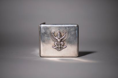 Etui à cigarettes rectangulaire en argent 800°/°° à décor en relief d'un Garuda....