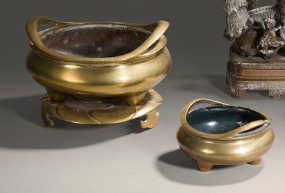 Brûle-encens tripode en bronze à patine dorée...