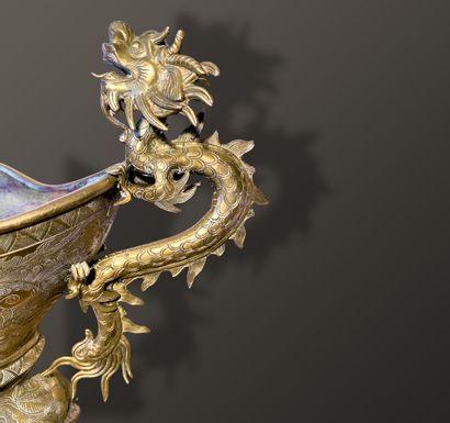 Brûle-parfum tripode en bronze de forme mouvementée, ciselé de chimères et phénix,...