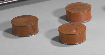 3 petites boîtes rondes en cuivre à décor...
