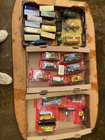 Lot de trois cagettes de véhicules divers...