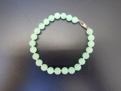 Bracelet orné de perles de jade, fermoir...