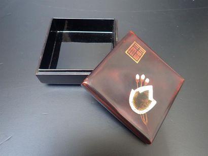 TRANH BINH. Coffret de forme carrée en bois...