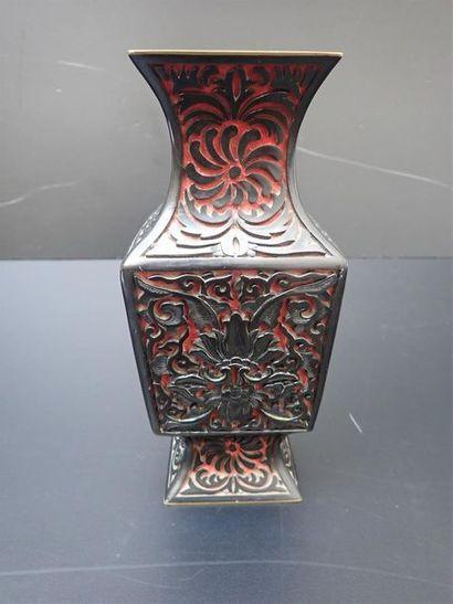 Vase balustre sur piedouche de section carrée...