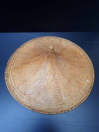 Important chapeau conique en vanerie tressé....