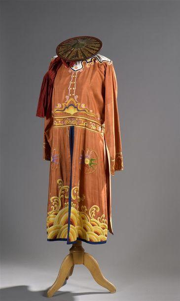 INDOCHINE. Costume de garde en soie à fond...