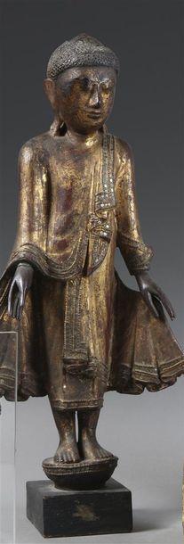 Statuette en bois laqué et doré représentant...