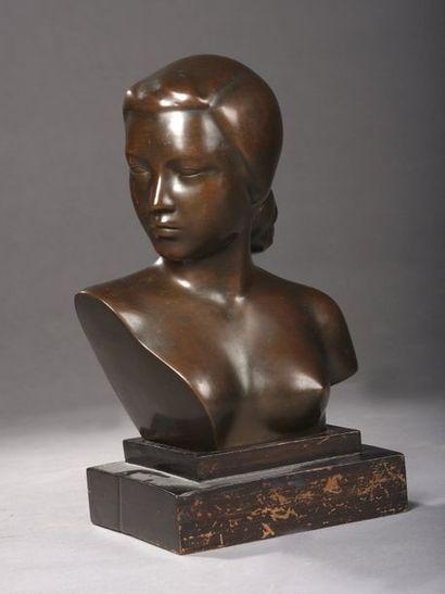 NAM-THAI. Buste de femme en bronze à patine...