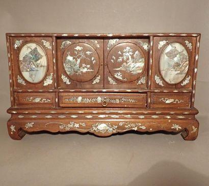 Petit cabinet rectangulaire en bois exotique...