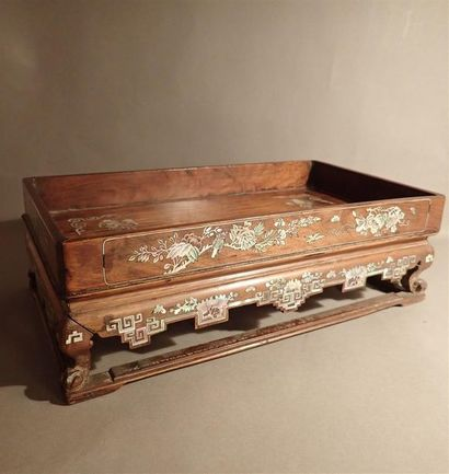 Socle rectangulaire en bois exotique à décor...