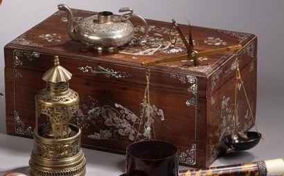Coffret rectangulaire en bois exotique richement...