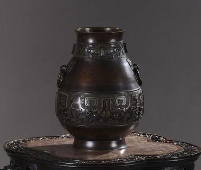 Vase en bronze à patine brune à deux anses,...