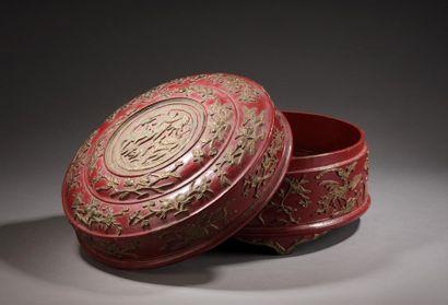 Boîte à betel en bois laqué rouge à décor...