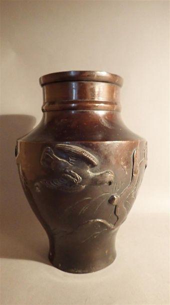 Vase en bronze à patine brune panse à décor...