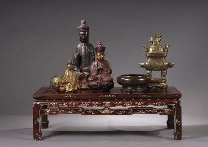 Table basse en bois exotique richement ornée...