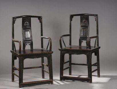 Paire de fauteuils en bois exotique, le dossier...