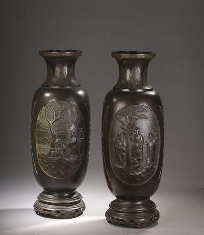 Paire de grands vases sur socle en bronze...