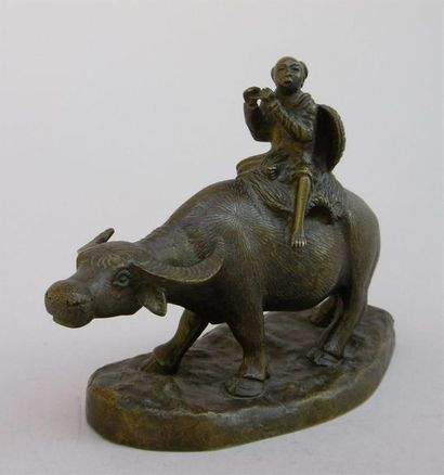 Buffle et son petit gardien. Bronze à patine...