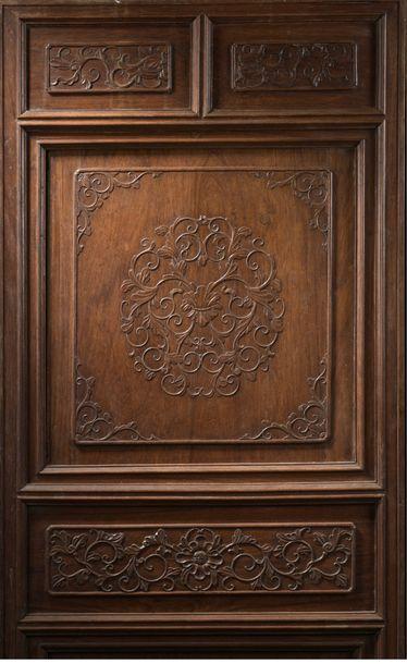 Grand cabinet en bois exotique ouvrant à...