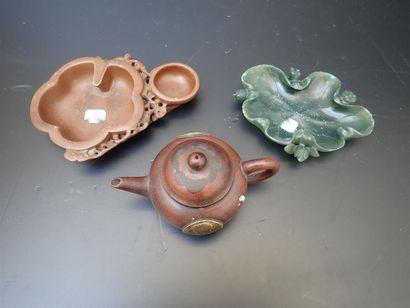 vide-poches en pierre dur verte et brune à décors de nénuphar pourl'un et d'un écureil...