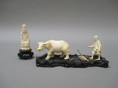 Un sujet en ivoire représentant un paysan tonkinois et son buffle sur socle n bois...