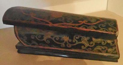 Boite laqué à fond noir à décor de branches de lotus, chauve-souris et symboles...