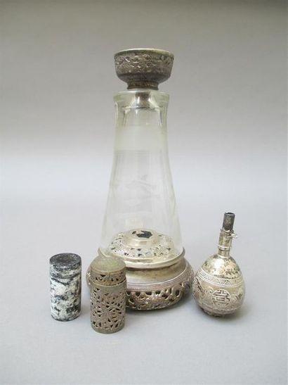 Nécessaire de fumeur à opium en métal argenté. (Accidents)