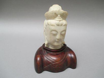 Tête de Quan Âm (Guanyin) en marbre dans un socle en bois ciselé. Hauteur totale:...
